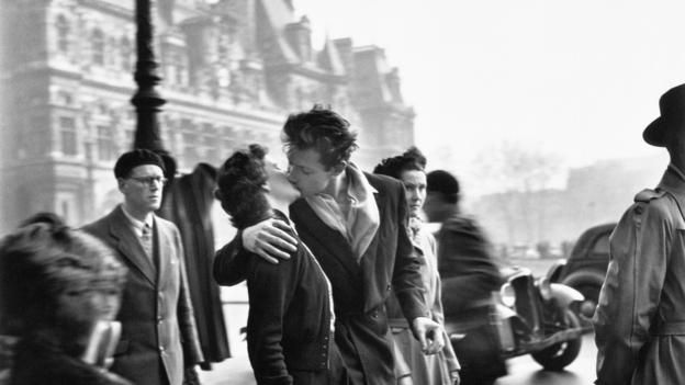 One of history's most romantic photographs was staged