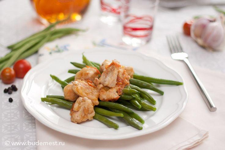 В этом рецепте есть все, для здорового обеда или ужина — нежирное тушеное мясо и гарнир из зеленый овощей, итак, готовим Филе кролика со стручковой фасолью  Сложность: легко Время: 50 минут Порции: на 4 Одна порция: 480 ккал  Ингредиенты: — Филе кролика 800 гр — Стручковая фасоль 400 гр — Томат 200 гр — Мука пшеничная 30 гр — Зубчик чеснока 1 шт. — Можжевельник 3 шт. — Розмарин по вкусу — Коньяк 20 мл — Масло оливковое 2 ст.л — Вода 50 мл — Соль и перец по вкусу  Пошаговый рецепт…