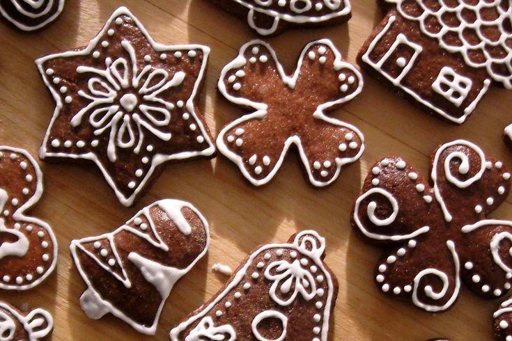 Vánoční perníčky, které jsou hned měkké ozdobené polevou z bílků. Recept na polevu z bílků. Návod na zdobení vánočních perníčků. Skvělé vánoční cukroví.