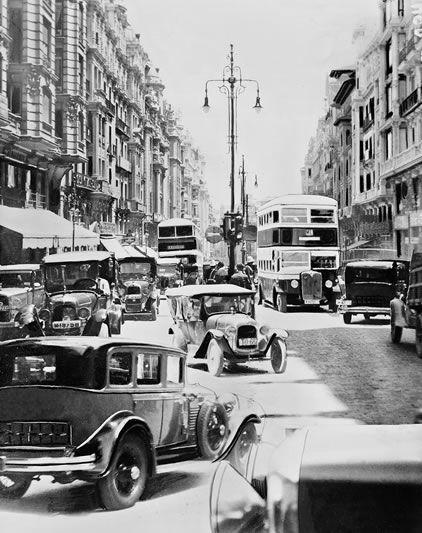 Gran Via La avenida se llena de coches y autobuses ante los guardias que intentan regular el caos. Ya había atascos en los años treinta.