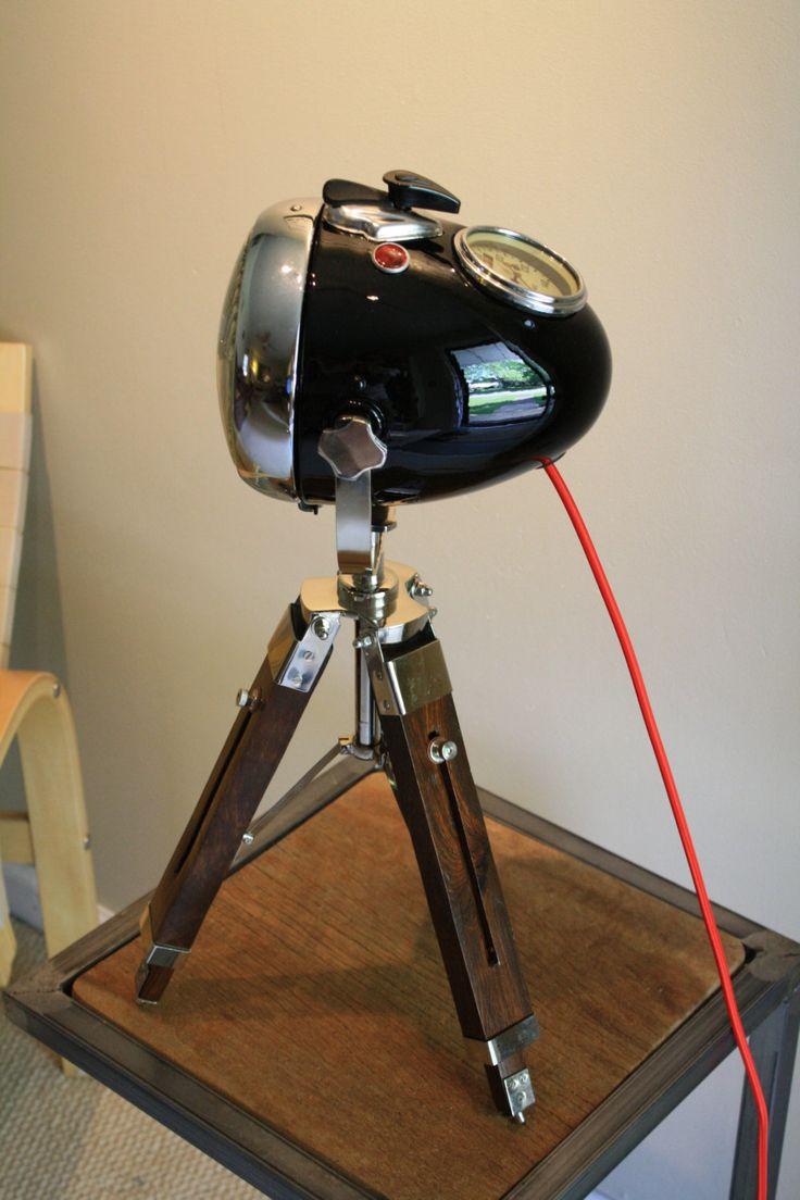 Deze middelgrote URAL koplamp is een grote vondst. Het is een originele licht van 1952 met 81 k kilometer. Nog steeds een grote koplamp met een snelheidsmeter gebouwd in en met een sleutel die heeft is aangesloten op het inschakelen van dit licht. Deze lampjes zijn zeer zeldzaam in de VS en slechts een geweldig gesprek stuk. Deze lichten verf was buiten bergen en u zult merken de nieuwe spiegel afwerking zwarte verf en jas duidelijk, het is gewoon verbluffend. Het rode doek snoer echt knalt…