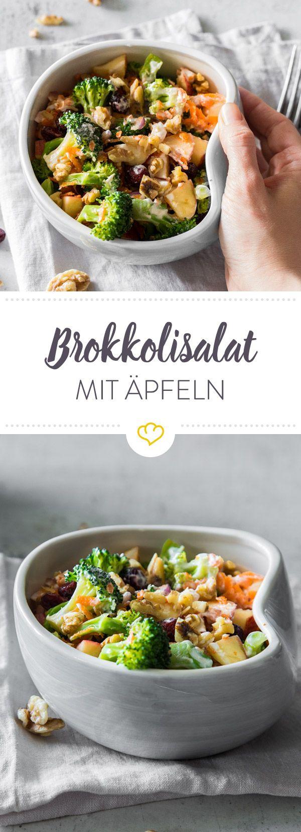 Grün und gesund: Probier doch mal einen leichten Salat mit knackigem Brokkoli, süßen Äpfeln und feinen Möhrenstreifen getoppt von Walnüssen und Cranberries.