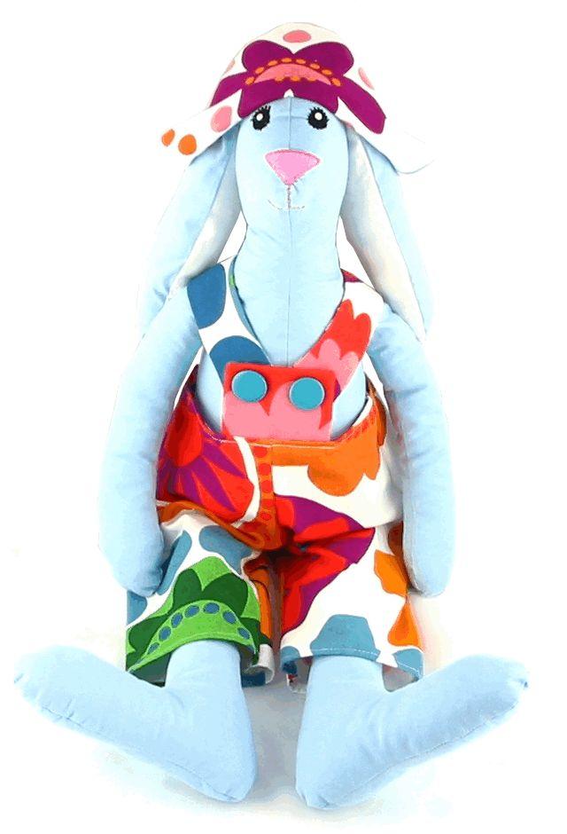 Dzieci kochają duże zabawki, którym na dodatek mogą zmieniać ubrania. Nasz królik jest bardzo duży - ma 70 cm wzrostu i z pewnością polubi bale przebierańców w pokoiku Twojego dziecka.