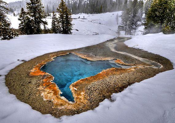 Az Amerikai Egyesült Államokban található Yellowstone Nemzeti Park a világ legkülönösebb természeti csodáit tudhatja a magáénak, télen még földöntúlibb látványt tárva az idelátogatók elé.