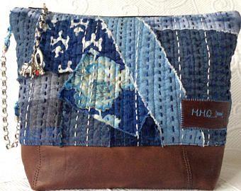 Sashiko quilting Höhepunkte die Vorderseite dieses süße kleine Bettwäsche Patchwork quilt Beutel.  Aus Leinen und Baumwolle repurposed Reste, niedlichen Schleife trimmen, einige Spitzen häkeln, und mit einem Männer Kleid Hemd gestreift Baumwolle gefüttert.  Ein Spaß gold Fisch Charm für einen Reißverschluss und einen durchgeknallten Griff aus einem alten Halskette geflochten mit roten Schnürsenkeln.  Eine große Tasche mit funky Fransenkanten an der hinteren Außenseite.  Misst ungefähr 10…