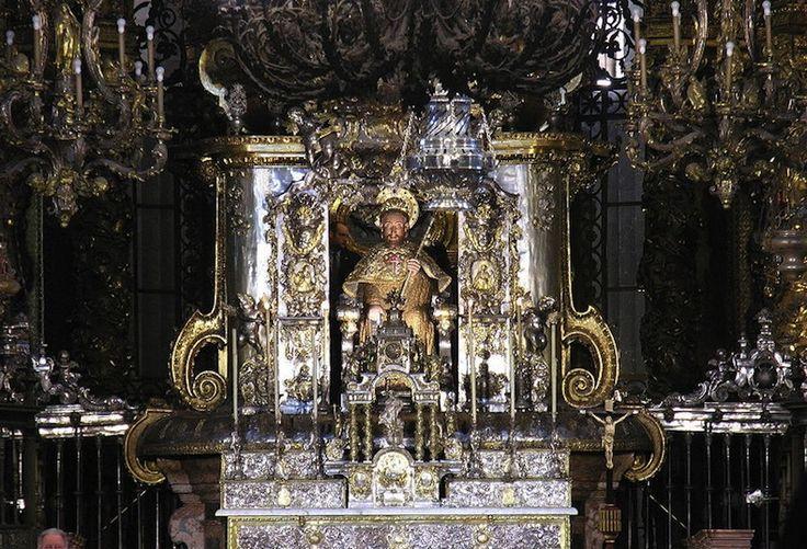 Статуя Святого Иакова в соборе Сантьяго-де-Компостела