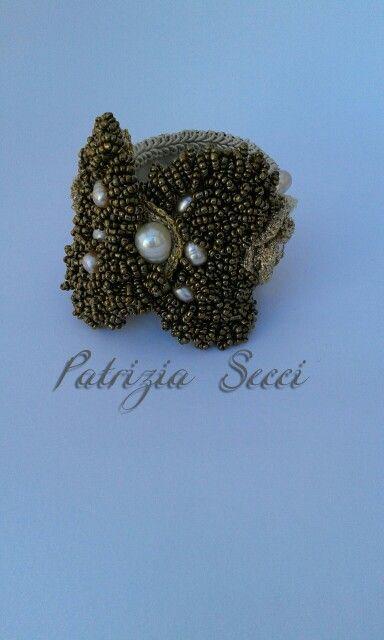 Bracciale in filato di lamé ricamo di perline e perle barocche.