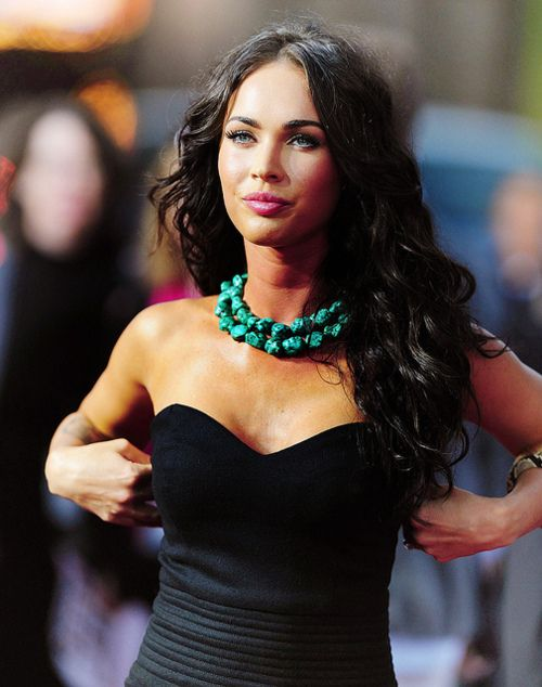 love the accent and chunkiness of her neckless with the simple black dress. Really makes the outfit