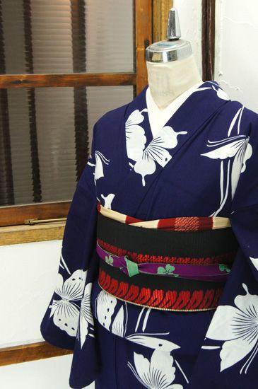 濃紺地に清々しく映える白一色で染め出された大きな蝶々に、飾り糸のような曲線が幻想的詩情をそえる注染レトロ浴衣です。 #kimono