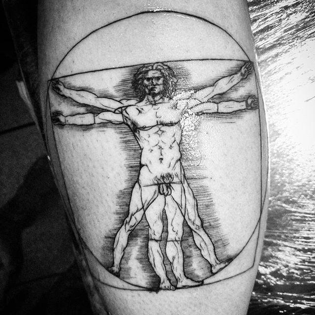 Homem vitruviano no Rodrigo! #art #arte #tatuagem #tattoo #davinci #davincitattoo #vitruvianman #vitruvianmantattoo #lines #brasil #argentina #florencetattoo #buenosaires #vampiro #lajauria #niteroi #rj #itaipu