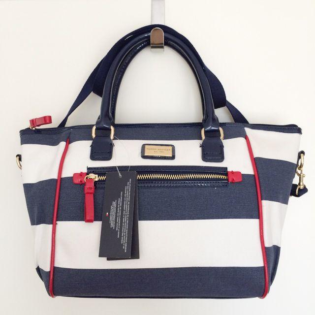 Tommy Hilfiger 6922300467 - 237₺ Mavi ve Beyaz elde taşınabilir fermuarlı ve omuz askılıklı Satchel çanta. Detayları renkli ve Keten Kumaştır, Küçük boyuttadır. Sipariş için Arayabilir, SMS veya E-Posta yollayabilirsiniz.