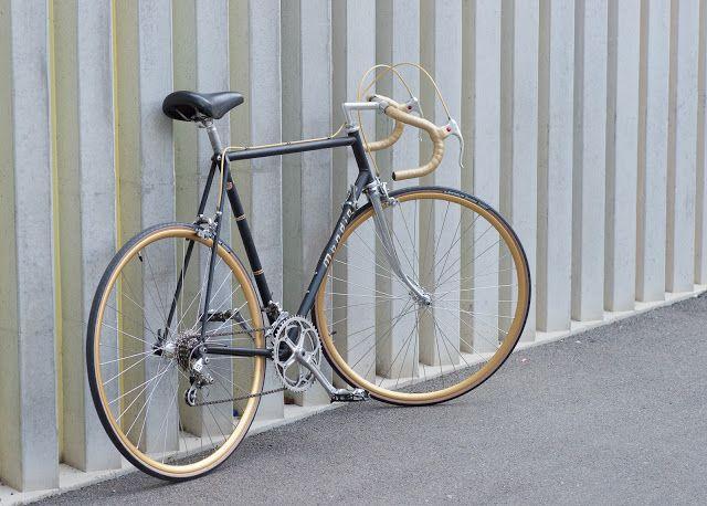 Zugzwang: Vintage Super-Mondia: Rennrad-Fantasie in Mattschwarz und Gold
