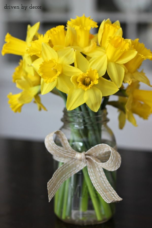 Cut+daffodils+in+mason+jar+for+a+simple+spring+centerpiece