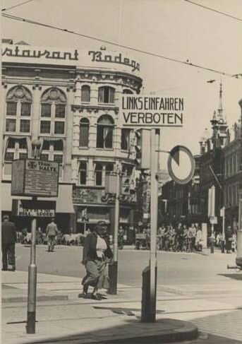 1940. Corner of Spui/Spuistraat in Amsterdam. Only a few weeks after German occupation has started  the street signs had already been translated to the German language. #amsterdam #worldwar2