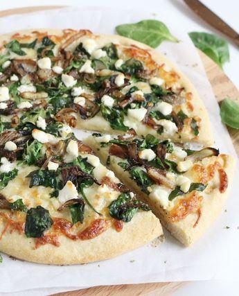Friday's are for pizza's! Ik kreeg van Magioni twee pizzabodems van bloemkoolopgestuurd. Huh, pizzabodems van bloemkool? Ja, het klinkt een beetje vreemd, maarik was blij verrast!Ik maakte met deze pizzabodems eenvegetarische, maar oh zo lekkere bloemkool pizza met geitenkaas, gekarameliseerde ui en spinazie. Must try!