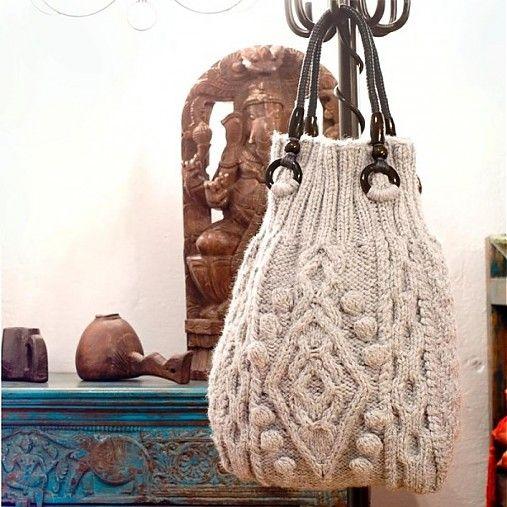velká světle šedá kabelka pletená plastickými copánkovými vzory  taška má černá textilní ucha s černými dřevěnými kroužky, je vypodšívkována tkaninou, uvnitř má našitou praktickou kapsu, zapínání je...