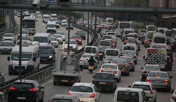 Bursa büyükşehir gibi yerlerde yaşamanın en zor yanlarından biri de malum trafik! Dün Bursa'nın sabah saatlerinden itibaren yaşadığı, bir metre dahi ilerleyemediği ve herkesin işine geç kalmasına neden olan olay trafik! 2013 yılında kentleşme, yerel yönetimlerin başarısı derken nedense planlı, programlı bir ulaşım sağlanamıyor. Ne yapılır bilemiyorum ama bu işte... Read More →