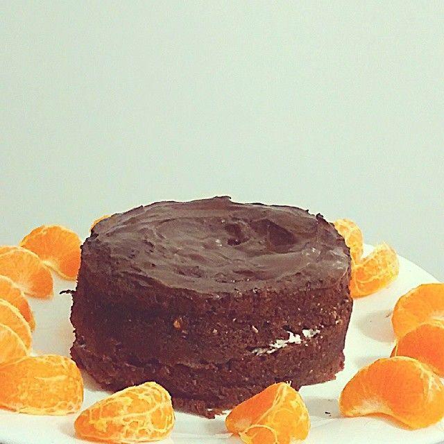 .@angie_cqml |BIZCOCHO INTEGRAL DE CHOCOLATE  -2 claras, -1 cucharada de queso batido o yogur, -Edulcorante, -1 cucharada de cacao en polvo, -3 cucharadas de harina de trigo integral (o la harina que queráis), -1 cucharadita de levadura ,-3 cucharadas de leche. Se mezcla todoby se lleva 2 minutos y medio al micro. Yo le puse chocolate en polvo derretido con agua caliente y edulcorante como cobertura y philadelphia light como relleno.