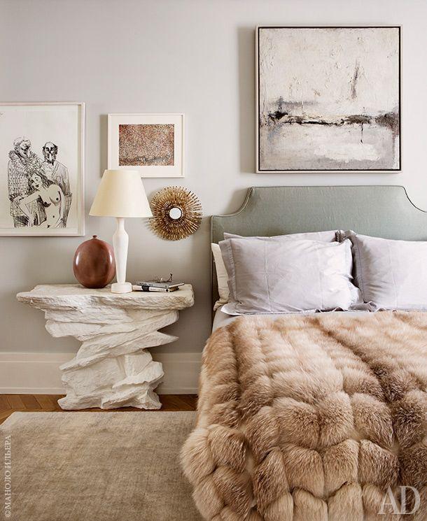 Кровать в хозяйской спальне сделана по эскизам Хиллман. Стены спальни украшают работы Роберта Мотеруэлла, Генри Мура и Жюля Олицки. Зеркало по дизайну Лин Вотрэн. На консоли работы неизвестного автора — лампа по дизайну Жан‑Мишеля Франка.