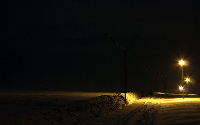 Wissenswert: Revolutionäre Straßenbeleuchtung ohne Strom.   Städte und Gemeinden geben jährlich Millionen für den Betrieb der Straßen- und Wegebeleuchtung aus. Das ist nicht nur kostspielig, sondern verursacht durch Stromverbrauch und Wartung auch Unmengen an CO2-Emissionen.  Ein britisches Unternehmen möchte dieses Problem nun mit Hilfe eines revolutionären Straßenbelags lösen.  (Foto: http://www.flickr.com/photos/larskasper/5267476118/)