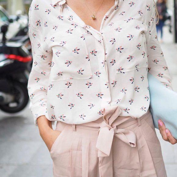 Look chic avec un pantalon large rose pâle tendance et une chemise imprimée : http://www.taaora.fr/blog/post/pantalon-rose-clair-large-et-court-tendance-ete-2016-comment-porter