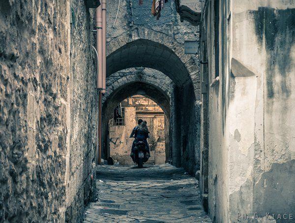 Vi salutiamo con questa bellissima immagine dei vicoli dell'Isola di Taranto, opera del fotografo G.Kiace.   #Madeintaranto #Leterredeidelfini #Taranto #Puglia #Weareinpuglia #turismo #cittàdavivere #citywiew #Italy #Madeinitaly #Visitpuglia 