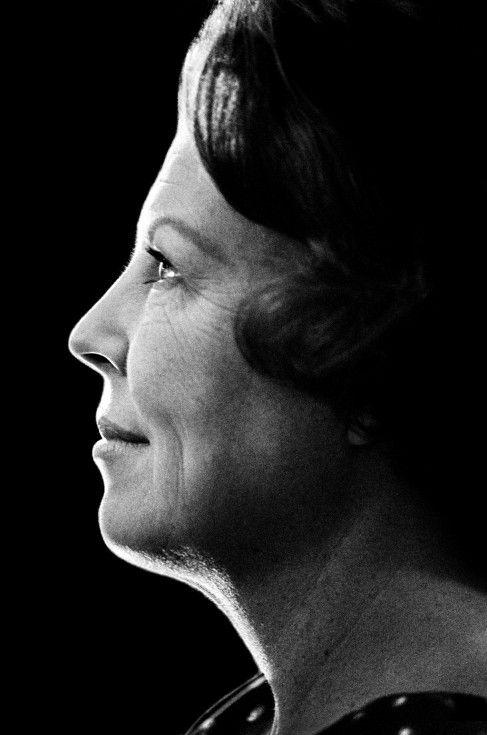 Queen Beatrix. Portretfoto van koningin Beatrix in 1980, gebruikt voor de Nederlandse munt. Viermaal maakte Mentzel officiële portretten van de koningin; één hiervan is gebruikt voor de munt, één voor de postzegel. Foto Vincent Mentzel.