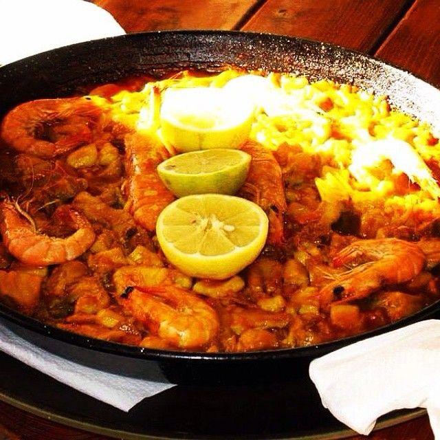 Paella er den spanske nationalret nr. 1. Det er en risret, som består af enten kød og kylling eller fisk og skaldyr, og ikke mindst smagen af safran. Retten tilberedes i en jerngryde som serveres direkte på bordet. Denne særlige gode paella kan nydes på restauranten Patio Canario i Puerto de Mogan. Du kan læse mere her: www.apollorejser.dk/rejser/europa/spanien/de-kanariske-oer/gran-canaria