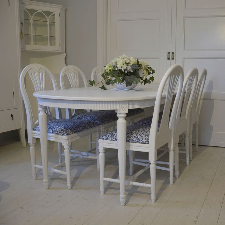 Elegant matgrupp i Gustaviansk stil med 6 stolar