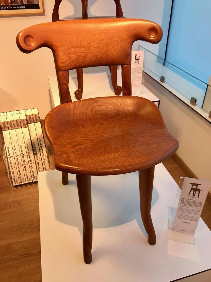 Los turistas que quieren gastar más dinero en un recuerdo pueden comprar esta silla del diseño de Gaudí. Es una réplica de una silla de la Casa Batlló.