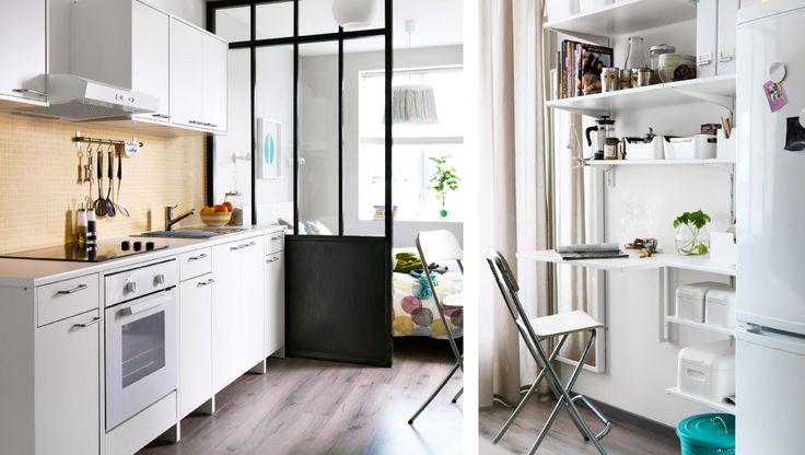 IKEA Österreich, Eine flexible Küche mit FYNDIG Modulelementen weiss/weiss, Regal aus ALGOT Wandschienen und Böden in Weiss, LAGAN BF275 Dunstabzugshaube für...