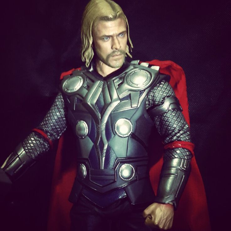 Hot Toys Thor 1/6 Action Figure