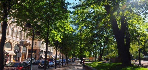 Эспланада  Эспланада (Esplanadin puisto) — липовый парк в самом центре Хельсинки, протянувшийся от проспекта Маннергейма до Рыночной площади. Парк Эспланада был разбит в 1830-е годы благодаря усилиям городского архитектора Карла Людвига Энгеля. Он мгновенно стал для жителей города одним из любимейших мест для прогулок — и остается им до сих пор. Липовая аллея, фонтаны, удобные скамейки.  В центре Эспланады — памятник поэту Людвигу Рунебергу, автору гимна Финляндии. А в западной части парка —…
