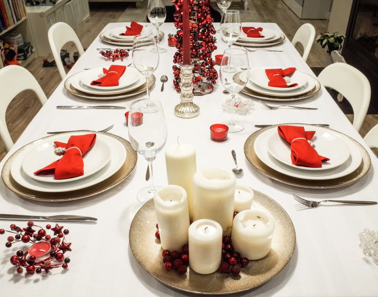 Christmas table setting. Red, white and warm silver. By Luna & The Table