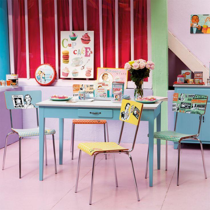 """Tavolo da cucina rettangolare blu Gli anni '50 si invitano nella tua cucina con il tavolo da pranzo rettangolare blu Kitchen.  Questo tavolo in legno presenta un piano bianco con bordo argentato.  Deliziosamente rétro, questo tavolo blu può essere abbinato alle sedie da tavolo Reclam per un look """"total vintage"""" pieno di colori e di ottimismo!  Dimensioni (cm) : A 78 x L 120 x P 80 € 129,90"""