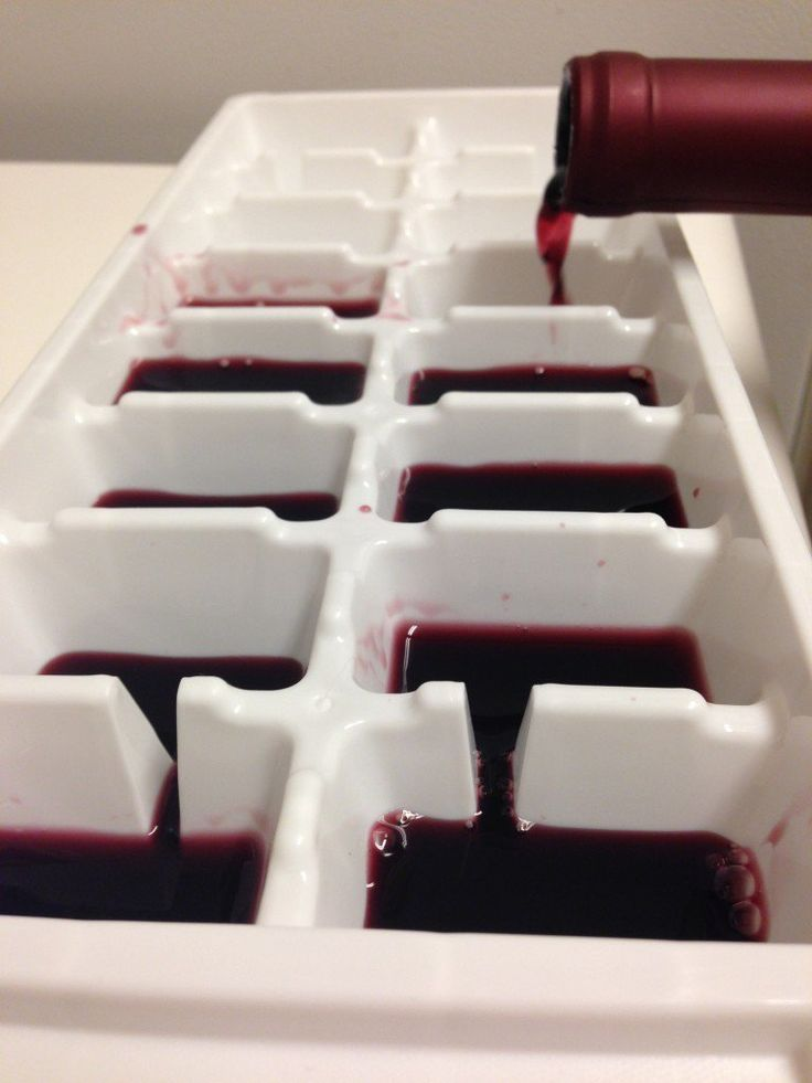 Si has abierto una botella de vino y no la terminaste, coloca el sobrante en una cubitera y congélalo. Puedes usar estos cubitos para cocinar o para enfriar una copa y evitar que el vino se diluya con el agua. Solo ten cuidado al mezclar distintas variedades de vino.