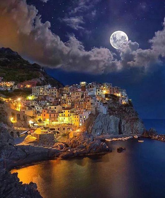 Luna sobre Manarola pueblo de Italia