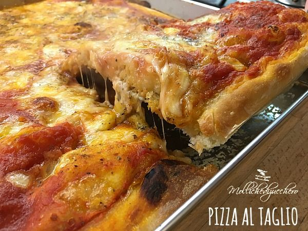 La pizza al taglio è un'alternativa alla classica pizza rotonda, da un po' di tempo a questa parte ho iniziato a prepararla ogni venerdì sera e...
