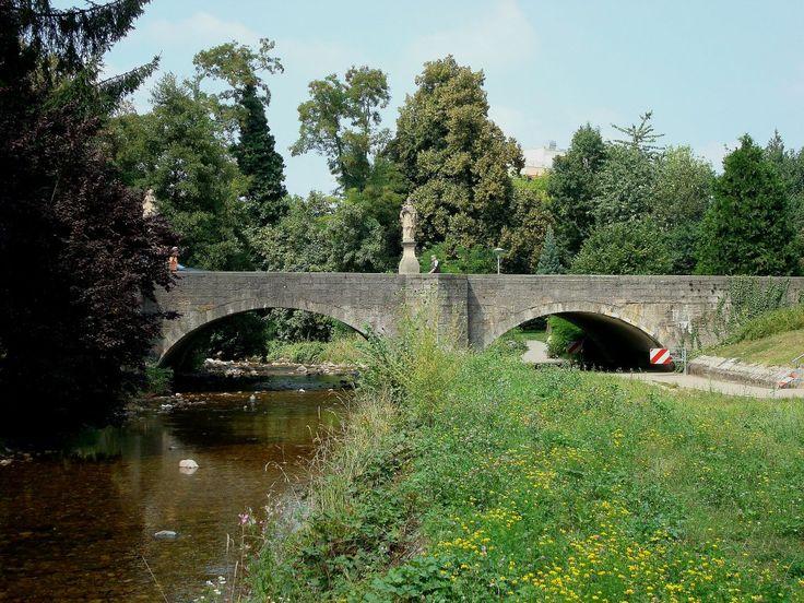 Bad Krozingen, die alte Steinbogenbrücke mit dem Brückenheiligen Nepomuk überspannt das Flüßchen Neumagen, Aug.2010