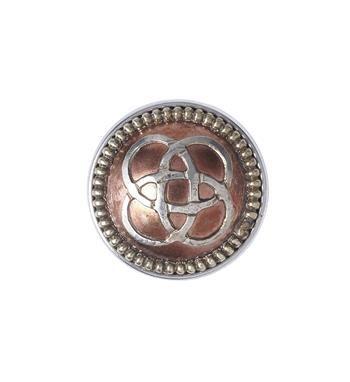Noosa Amsterdam chunk WHEEL OF LIFE. Het oorspronkelijke symbool van de wheel of life is gemaakt door Boeddha en wordt vaak getoond op de muren van Tibetaanse tempels. De ringen van dit levenswiel staan voor de balans tussen de elementen aarde, water, wind en vuur en brengen de drager terug naar zichzelf. Zilver/koper - NummerZestien.eu