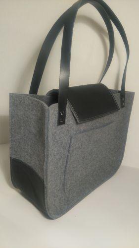 Grau Filz Tasche, für shopping, Frühlingsbeutel, schwarzes Echtleder Griffe, Einkaufstasche, Filz tote. Hergestellt aus Filz grau. Filz ist imprägnierte 4mm (0,16), Grundlage für die Tasche und die Schließung erfolgt aus echtem schwarzen Leder. Große Innentasche. Gurte sind 2 cm (0,79) breit, 61cm (24) lange Abmessungen ca.: 38 cm (15 Zoll) breit, 30 cm (11,81 ) hoch, 15 cm (5,91) tief Schließung und Boden der Tasche aus echtem Leder gefertigt Ich akzeptiere Sonderwünsche, wenn Sie auf de...