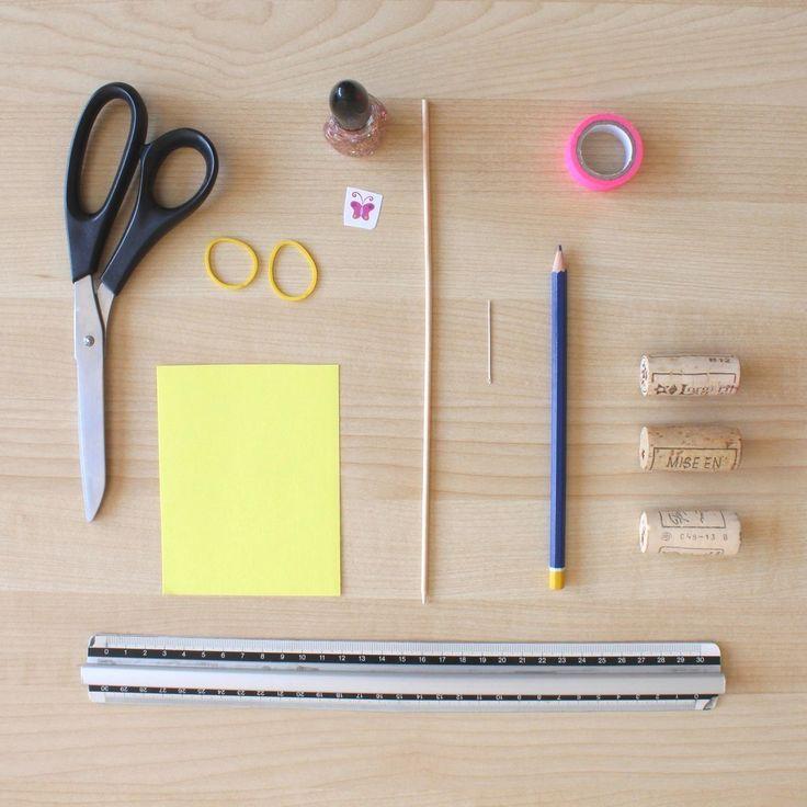 – Du papier (plastifié, de préférence)  – 1 règle  – 1 crayon papier  – Des ciseaux  – 2 élastiques  – Du vernis pailleté  – 1 sticker  – 3 bouchons en liège  – Du masking tape  – 1 aiguille  – 1 pique à brochette