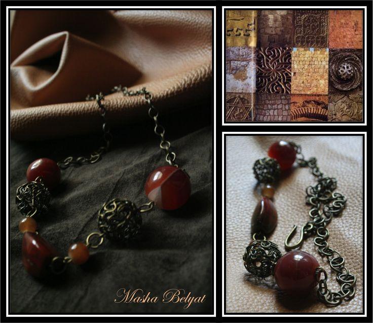 Collar corto. Metal color latón, piedras semipreciosas. $250 MXN