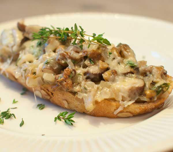 Toast met paddenstoelen; een lekker broodjes met oesterzwammen, nameco, shiitake en kaas. Een kruidig lunchgerechtje voor in de herfst.