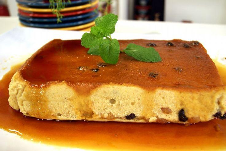 Pudim de Pão de Padaria-Massa:  1 litro de leite 10 pães amanhecidos e picados 6 ovos 2 xícaras (chá) de açúcar 1 colher (sopa) de essência de baunilha 1 xícara (chá) de passas pretas sem caroço 3 colheres (sopa) de conhaque  Recheio:  ½ xícara (chá) de passas brancas sem sementes  Caramelo:  3 xícaras (chá) de açúcar ½ xícara (chá) de água