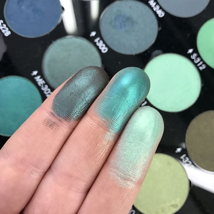 Swatching our greenish #artistshadows with some serious payoff (we barely touched them). From L to R: ME-302 Peacock , I-300 Pine Green & S-314 Nile Green.  #swatches #makeupforever #eyeshadow #bold