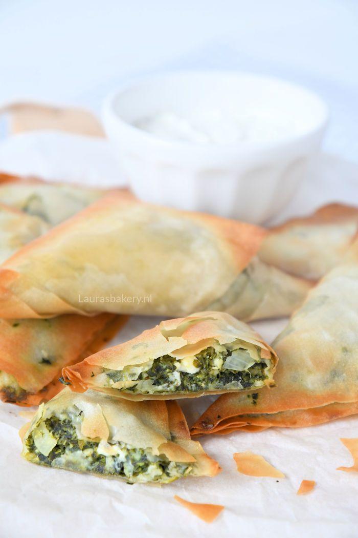 Met dit recept voor spanakopita hapjes kun je borrelen in Griekse sferen. Met slechts een handvol ingrediënten maak je deze borrelhapjes zelf.