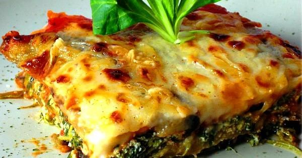 Riquísima y fácil de hacer (además de nutritiva). Esas buenísimas cualidades tiene esta lasaña vegetal con requesón que comparten desde el blog EL SABER CULINARIO.
