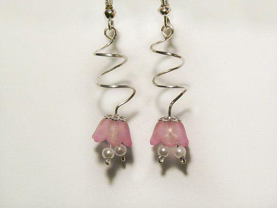 Orecchini pendenti arricciati con fiore rosa e di AlpegFactory