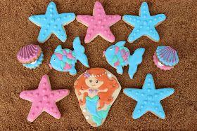 Hoy os traigo las galletas que hice para la fiesta de sirenas, diferentes motivos marinos realizados con glasa para endulzar la fiesta.     ...